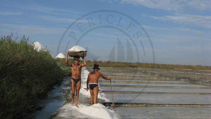 Traditional method of transporting salt in a basket, with maximum weight of 70 - 80 kilos (Santiago da Fonte saltpans - owned by the University of Aveiro, Aveiro municipality, Ria de Aveiro region)