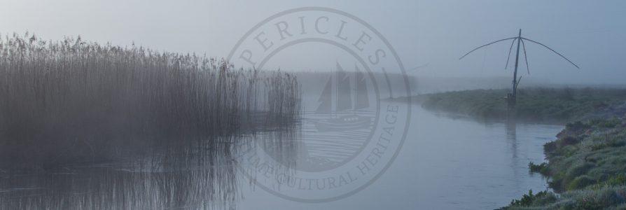 Carrelet dans la brume le long de la rivière du Loc'h, Pluneret Dip net along the Loc'h River, Pluneret
