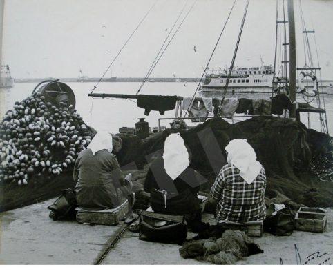 Kavala_women-fixing-the-nets_EN